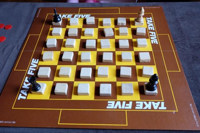 """Une partie se déroule en une succession de manches, avec 3 règles différentes, sachant que le premier joueur qui remporte 3 manches gagne la partie. La première manche s'intitule """"Phase score"""", la seconde """"Phase 21"""", la troisième """"Phase quinte"""", puis on recommence. A chaque tour, le joueur actif doit déplacer correctement 2 pièces d'échecs et regardera le numéro indiqué en-dessous d'une des deux, pouvant prendre l'autre ou la consulter secrètement également. On a donc affaire à un jeu de mémoire !"""
