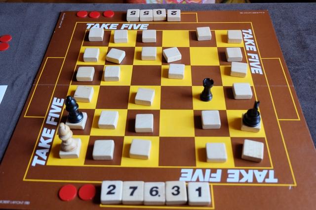 La victoire est pour Leila, après une bataille finale acharnée... En fait, je me fais éliminer, ayant 5 tuiles devant moi et pas de 21 atteint...
